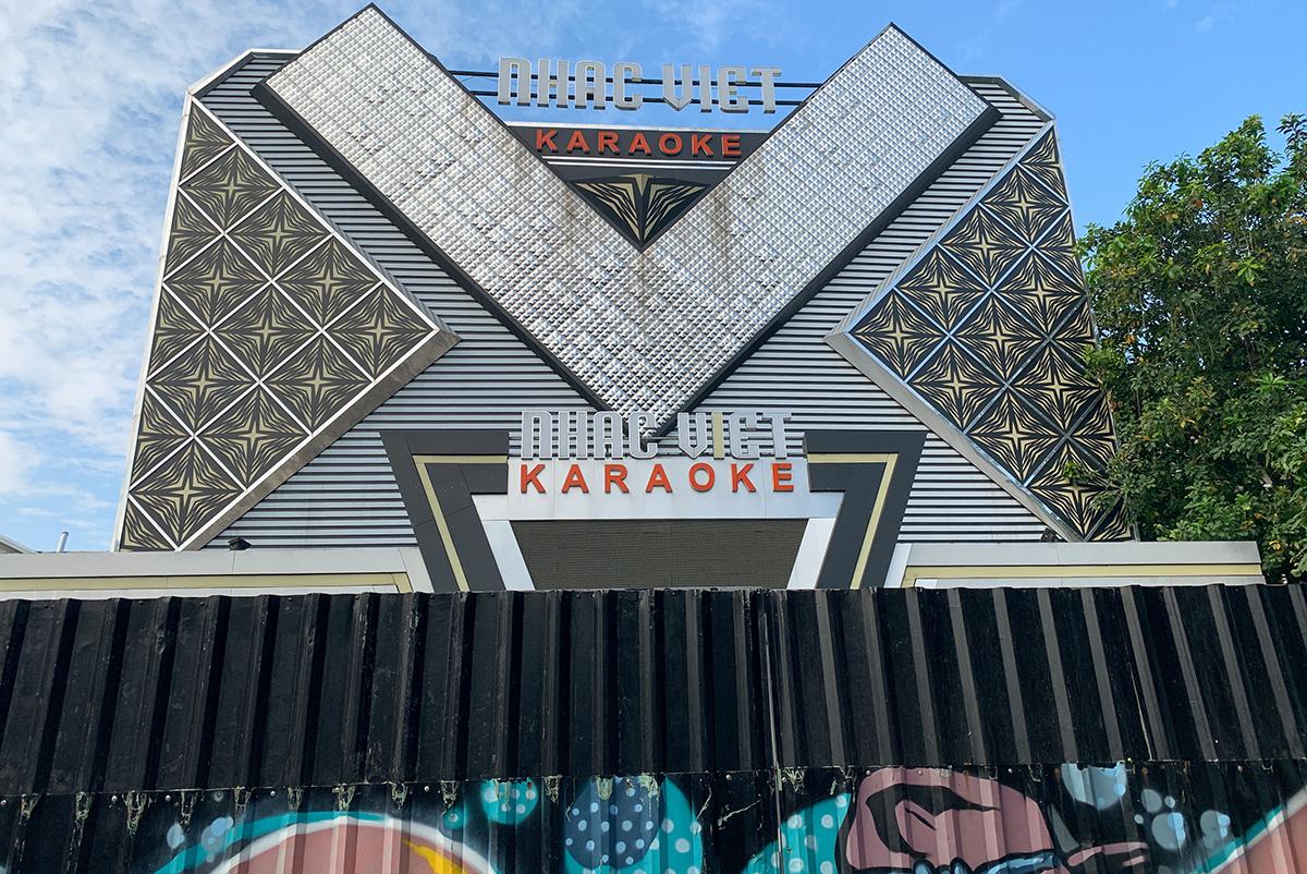 Một quán karaoke đóng cửa hôm 9/2. Ảnh: Quỳnh Trần.