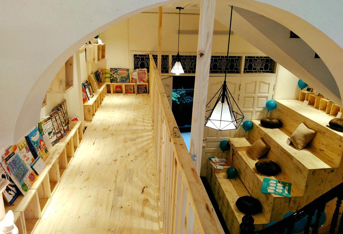 Anh Trung thiết kế hai tầng để sách, có lối lên xuống, có chỗ ngồi đọc. Ảnh: Mia Bookhouse.