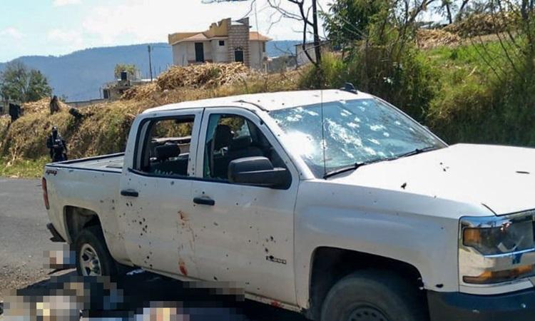 Hiện trường đoàn xe cảnh sát bang Mexico bị phục kích khiến 13 người thiệt mạng hôm 18/3. Ảnh: Pledgetimes.