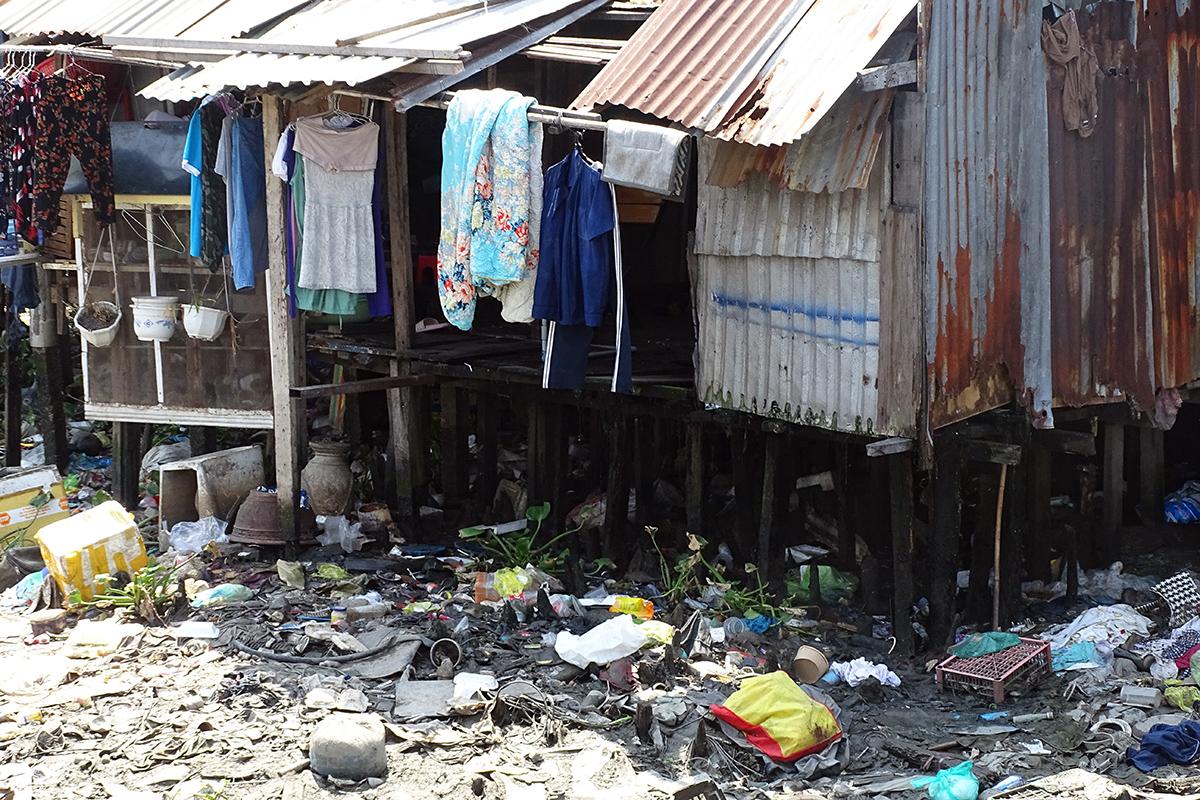 Người dân sống hai bên xả rác thải xuống dòng kênh. Ảnh: Hà An.