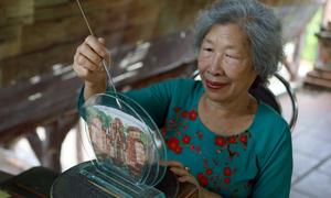 Cụ bà 80 tuổi vẽ tranh cát trong khung kính
