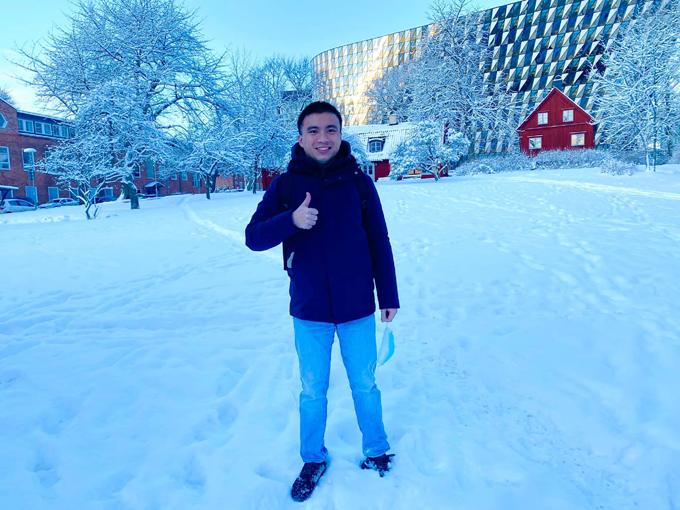 Ngọc đứng trong khuôn viên Học viện Karolinska, Thụy Điển, hôm kết thúc học kỳ một cách đây không lâu. Ảnh: NVCC.