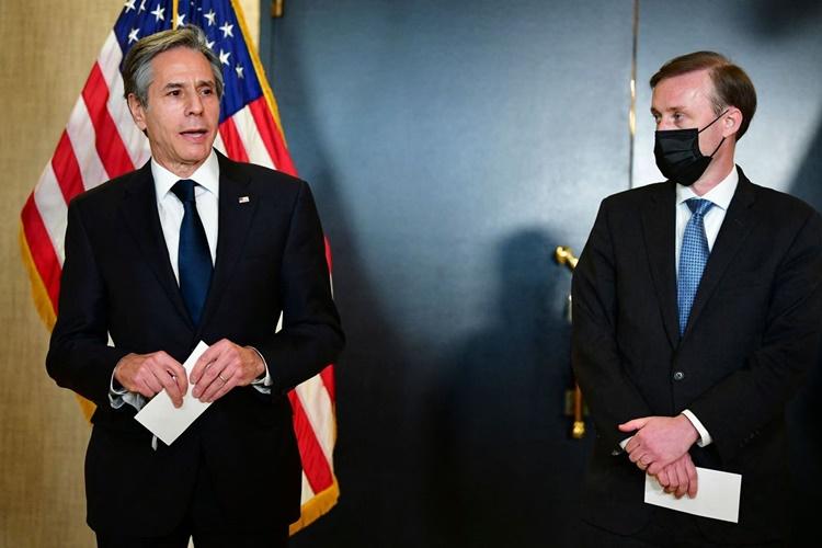 Ngoại trưởng Blinken và cố vấn an ninh quốc gia Mỹ Sullivan trả lời báo chí sau phiên họp thứ hai với phái đoàn Trung Quốc ngày 19/3 ở Alaska. Ảnh: AFP.