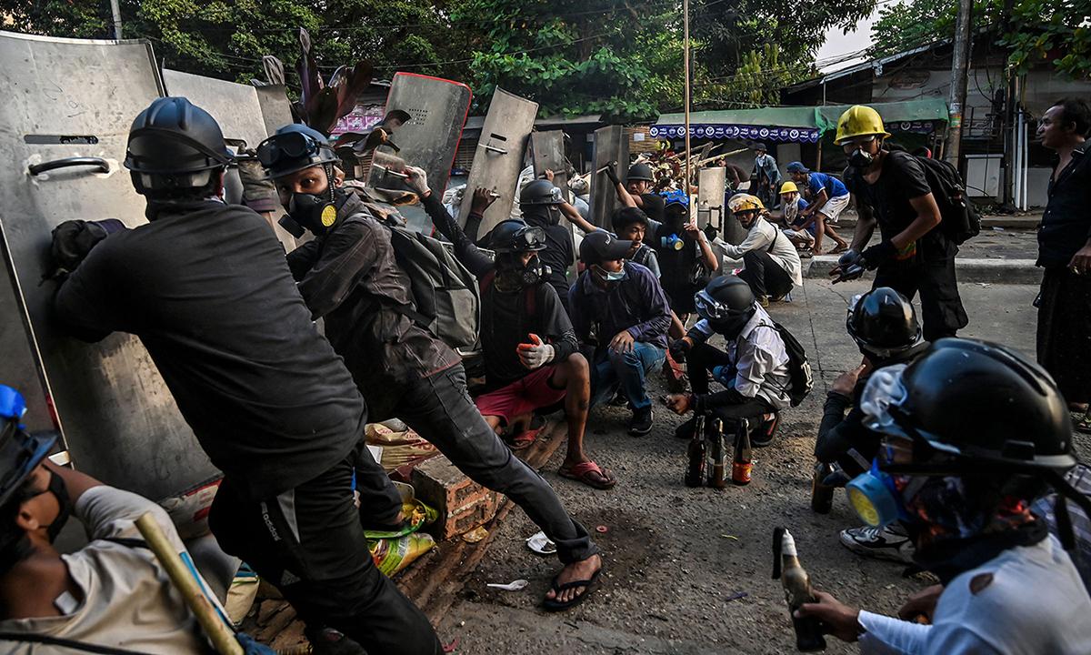 Người biểu tình dựng rào chắn đối đầu với cảnh sát ở thành phố Yangon đầu tuần này. Ảnh: AFP.