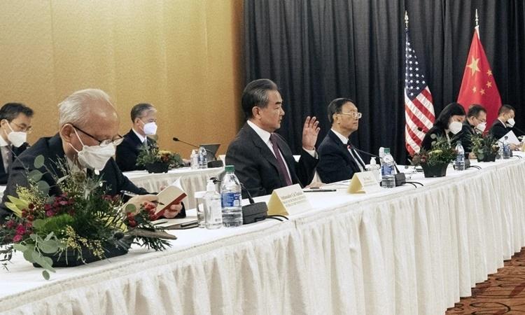 Phái đoàn Trung Quốc trong cuộc hội đàm với Mỹ ở Alaska ngày 18/3. Ảnh: Xinhua.