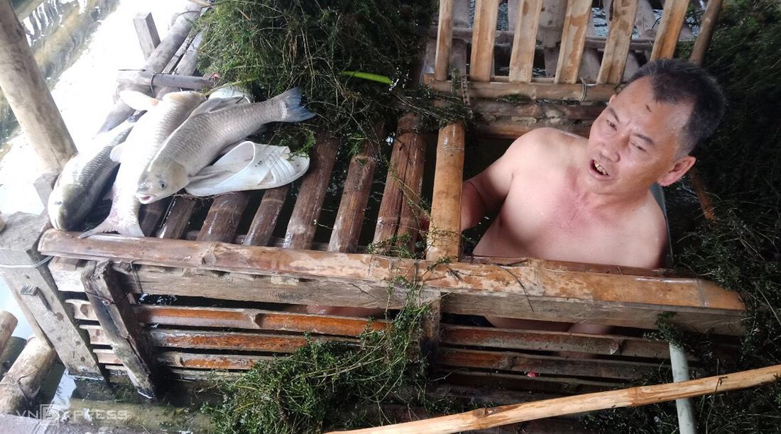 Nông dân Bá Thước vớt cá chết lên bờ. Ảnh: Lam Sơn.