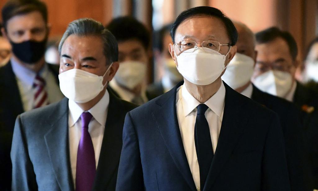 Nhà ngoại giao Dương Khiết Trì (phải) và Ngoại trưởng Trung Quốc Vương Nghị đến cuộc gặp với phía Mỹ tại thành phố Anchorage, Alaska, Mỹ, hôm 18/3. Ảnh: AFP.
