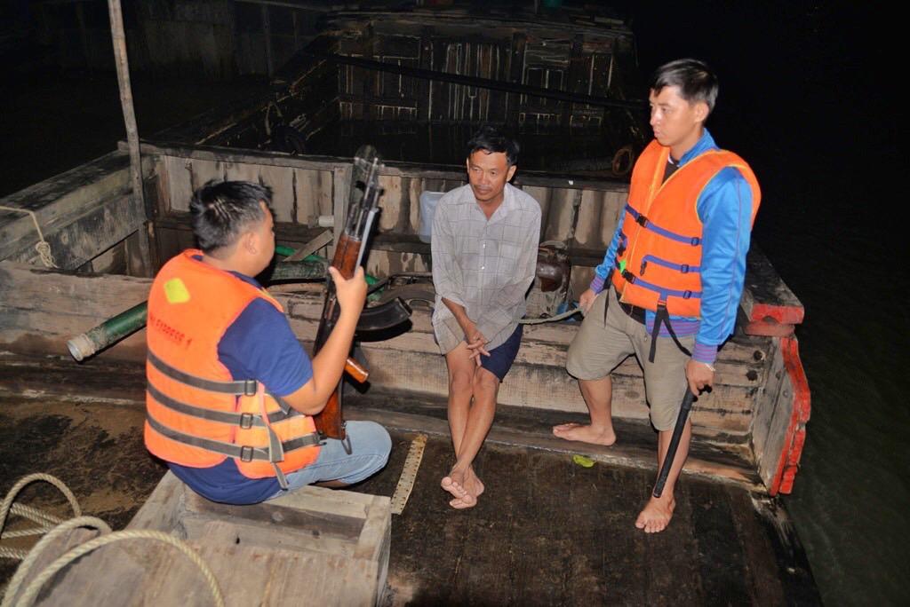 Cảnh sát truy quét cát tặc trên sông Đồng Nai, đoạn qua phường Long Phước, quận 9, TP HCM, năm 2015. Ảnh: Hữu Khoa
