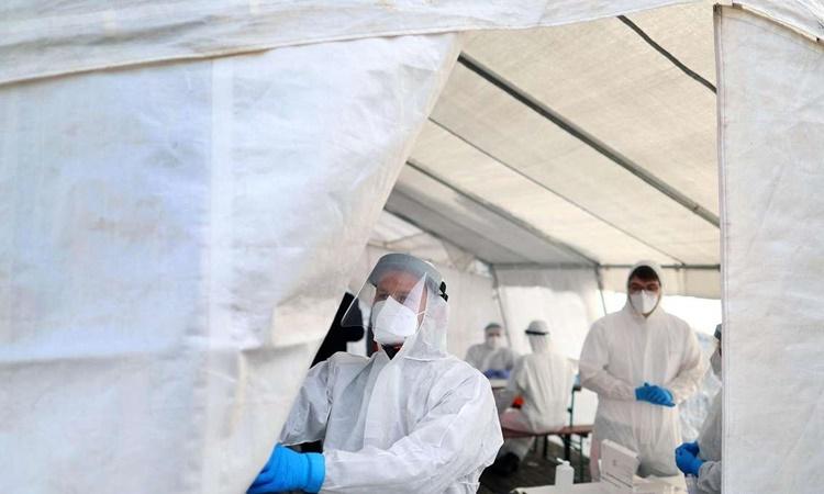 Nhân viên y tế tại một điểm xét nghiệm Covid-19 ở Naumburg, phía đông Đức. Ảnh: AFP.
