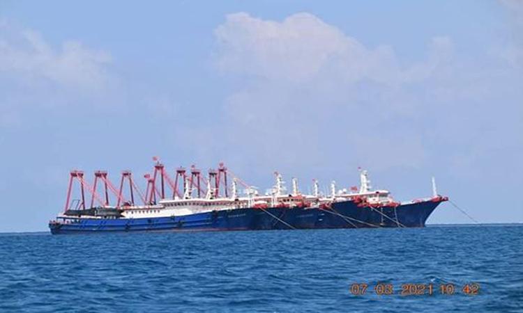 Tàu quân sự Trung Quốc neo đậu tại rạn san hô Whitsun ở Biển Đông hôm 7/3. Ảnh: Reuters.