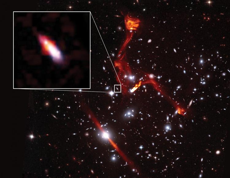 Thiên hà cách xa 8 tỷ năm ánh sáng (hình phóng to) phát ra tín hiệu vô tuyến yếu. Ảnh: Sophia Dagnello, NRAO/AUI/NSF.