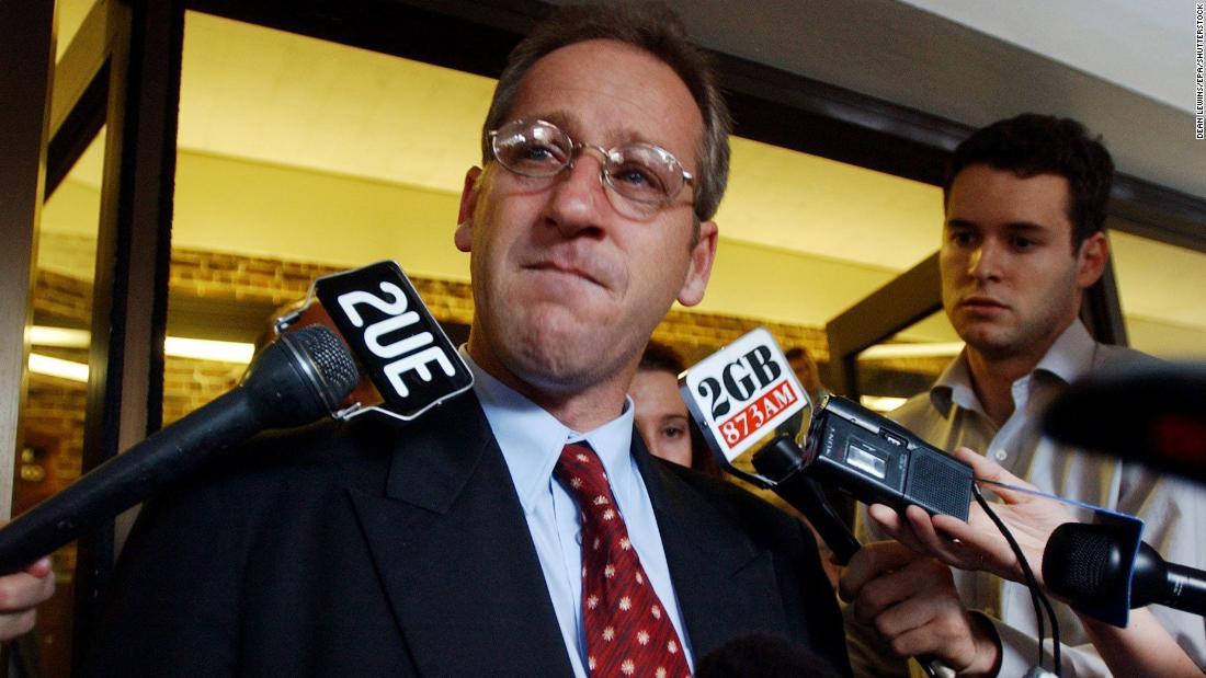 Craig Folbigg, chồng của Kathleen Folbigg, phát biểu ngoài tòa tối cao ngày 21/5/2001. Ảnh: CNN.