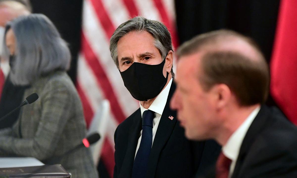 Ngoại trưởng Mỹ Antony Blinken (giữa) tại cuộc họp với phái đoàn Trung Quốc tại Alaska tuần trước. Ảnh: AFP.
