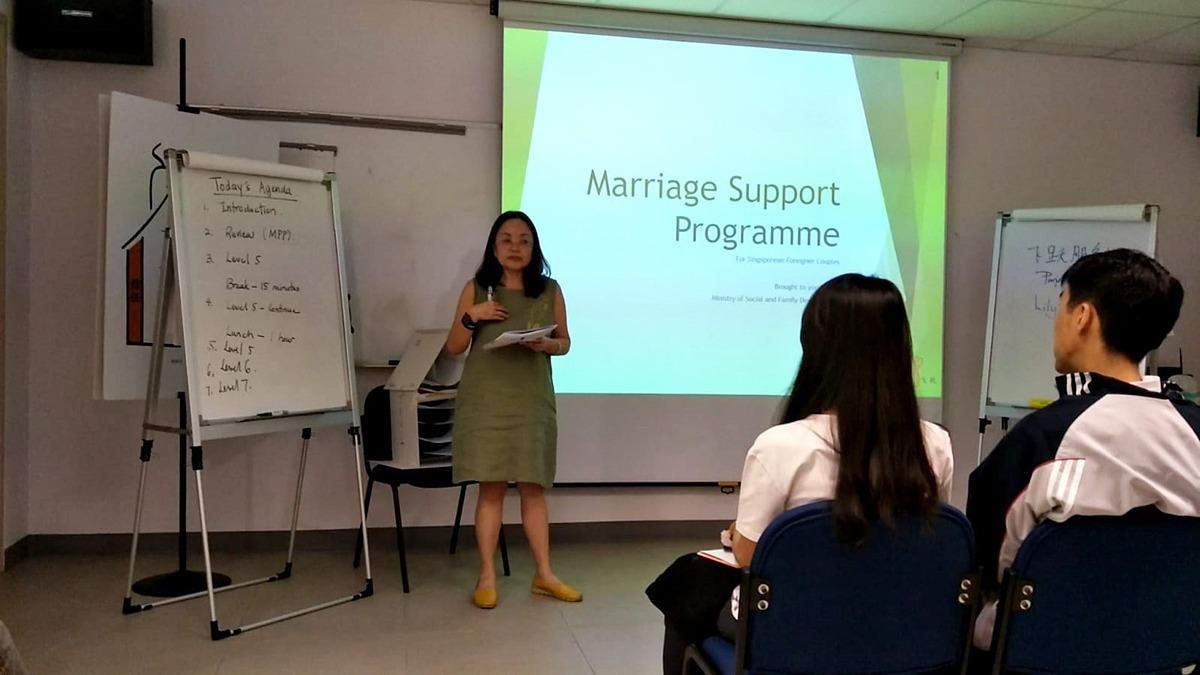 Một buổi học trong chương trình hỗ trợ hôn nhân của tổ chức Fei Yue. Ảnh: Fei Yue