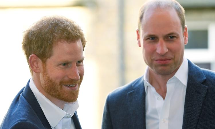 Hoàng tử William (phải) và em trai Harry dự một sự kiện ở London hồi tháng 4/2018. Ảnh: Reuters.