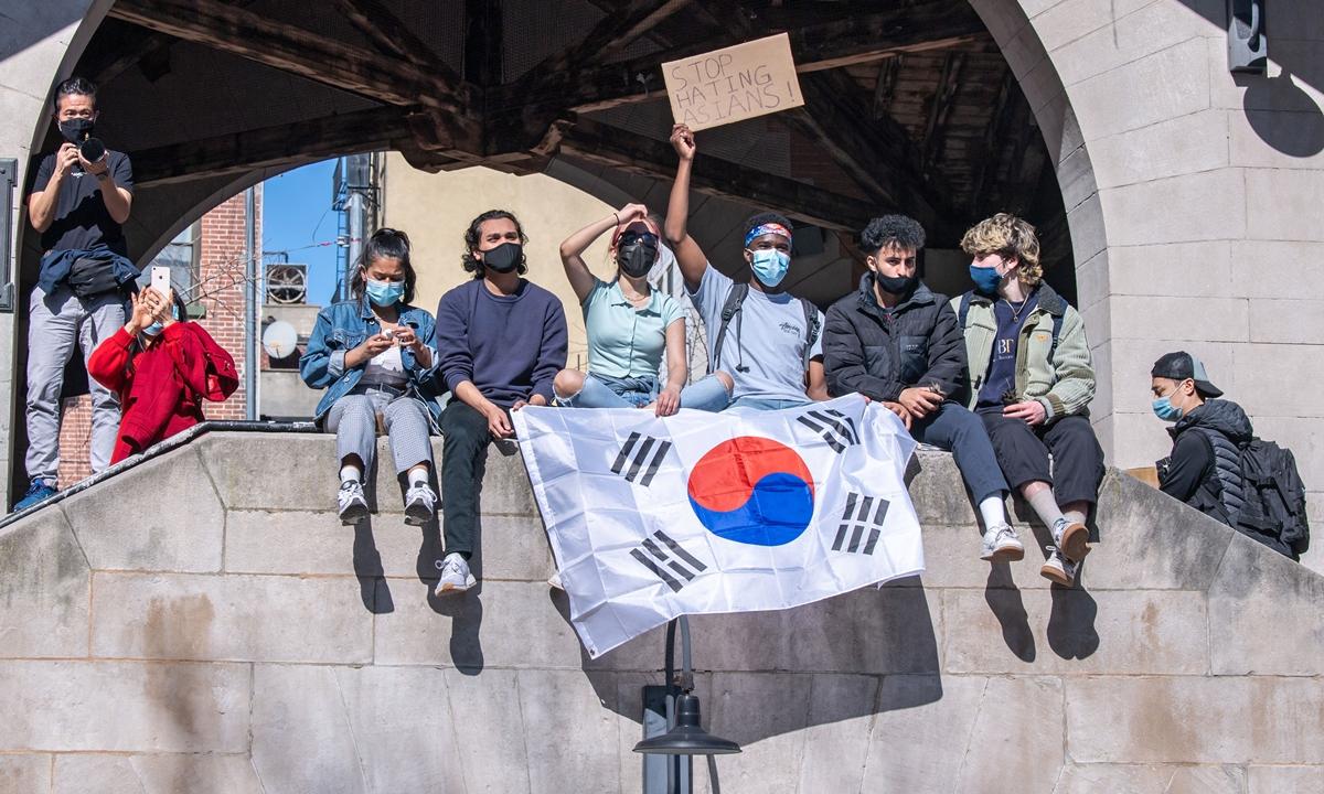 Các thanh niên cầm cờ Hàn Quốc và biểu ngữ dừng thù ghét người gốc Á tại cuộc biểu tình ở New York ngày 21/3. Ảnh: Reuters.