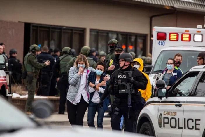 Người dân rời khỏi cửa hàng King Soopers hôm 22/3. Ảnh: AFP