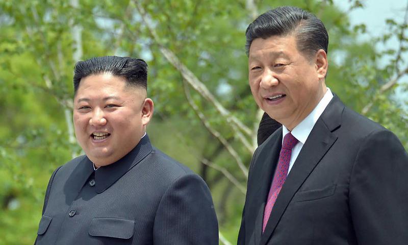 Lãnh đạo Triều Tiên Kim Jong-un (trái) và Chủ tịch Trung Quốc Tập Cận Bình tại Bình Nhưỡng hồi tháng 6/2019. Ảnh: AP.