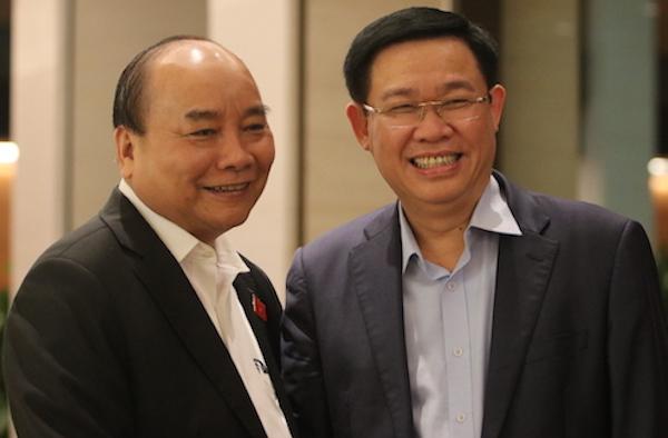 Thủ tướng Nguyễn Xuân Phúc và Phó thủ tướng Vương Đình Huệ (hiện là Bí thư Thành ủy Hà Nội) bên hành lang Quốc hội, chiều 25/10/2018. Ảnh: Võ Hải