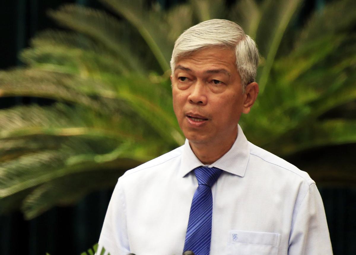 Phó chủ tịch UBND TP HCM Võ Văn Hoan trình bày tờ trình tại kỳ họp. Ảnh: Hữu Công