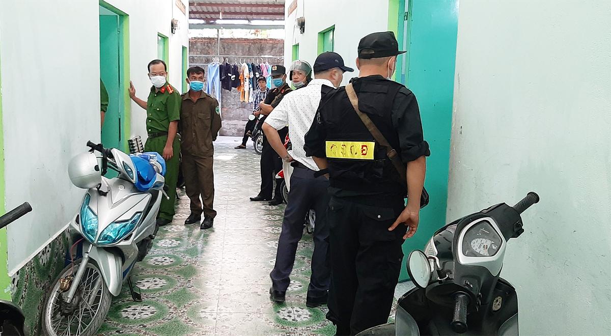 100 cảnh sát vây bắt nhóm người cho vay nặng lãi có vũ trang rạng sáng 23/3. Ảnh: Hồ Nam