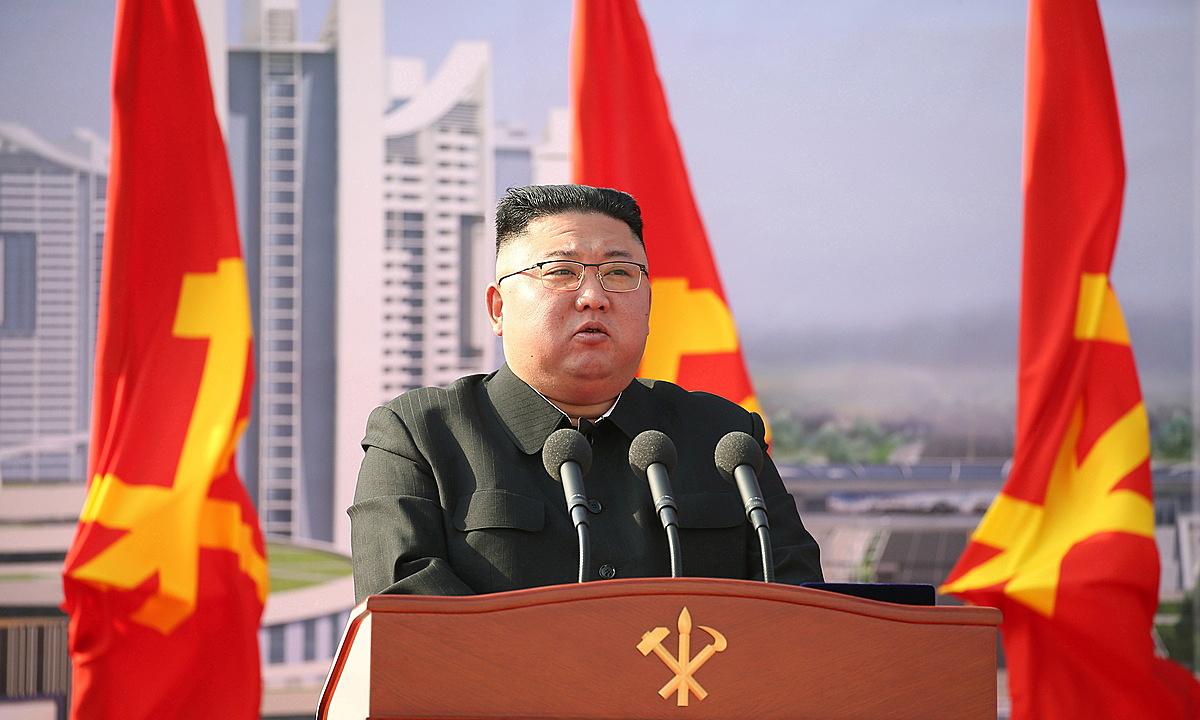 Lãnh đạo Triều Tiên Kim Jong-un phát biểu tại lễ khởi công giai đoạn một của dự án xây 10.000 căn hộ chung cư ở Bình Nhưỡng hôm 23/3. Ảnh: KCNA