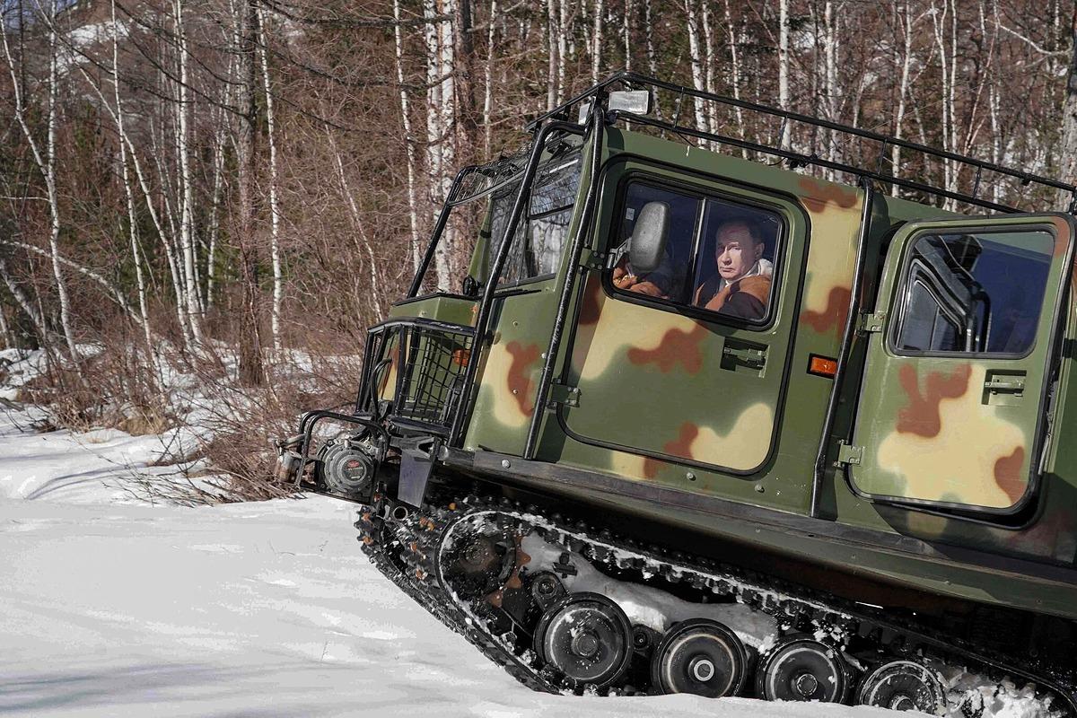 Tổng thống Putin lái xe địa hình ở Siberia trong bộ ảnh được công bố ngày 21/3. Ảnh:
