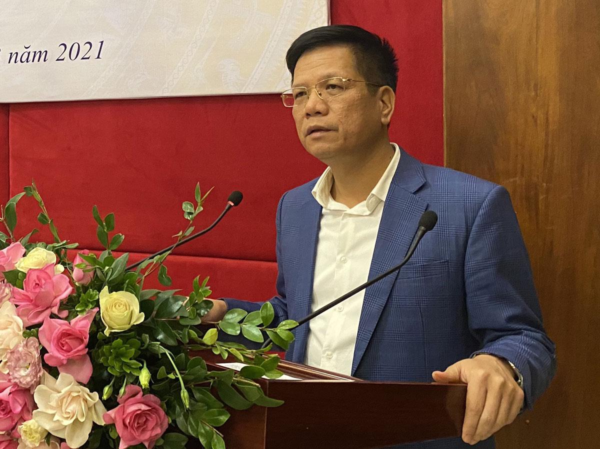 Ông Trần Đình Liệu, Phó giám đốc Bảo hiểm xã hội Việt Nam thông tin về sử dụng thẻ bảo hiểm y tế mới, sáng 24/3. Ảnh: HP
