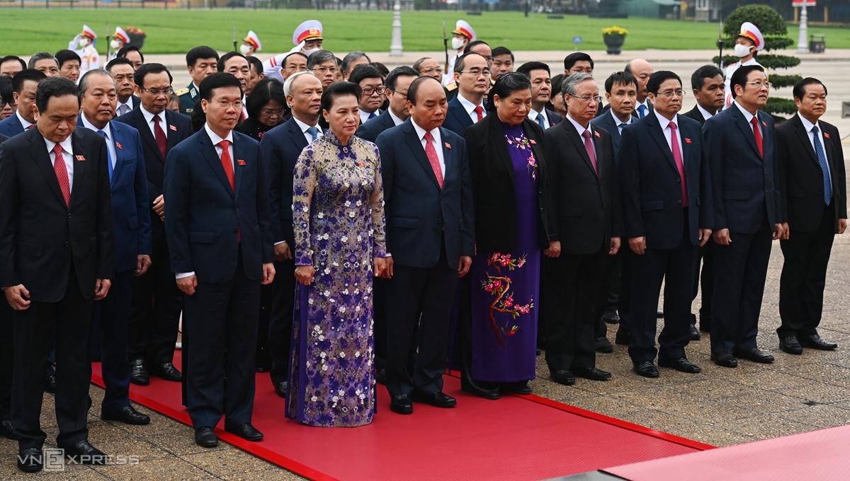 Lãnh đạo Đảng, Nhà nước và các vị đại biểu Quốc hội vào Lăng viếng Chủ tịch Hồ Chí Minh trước phiên khai mạc kỳ họp, sáng 24/3. Ảnh: Giang Huy
