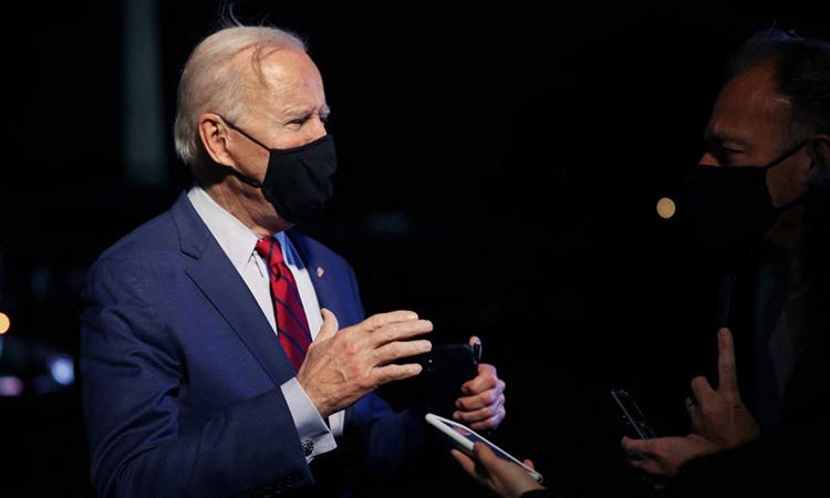 Tổng thống Mỹ Joe Biden trả lời phóng viên bên ngoài Nhà Trắng hôm 23/3. Ảnh: AFP.