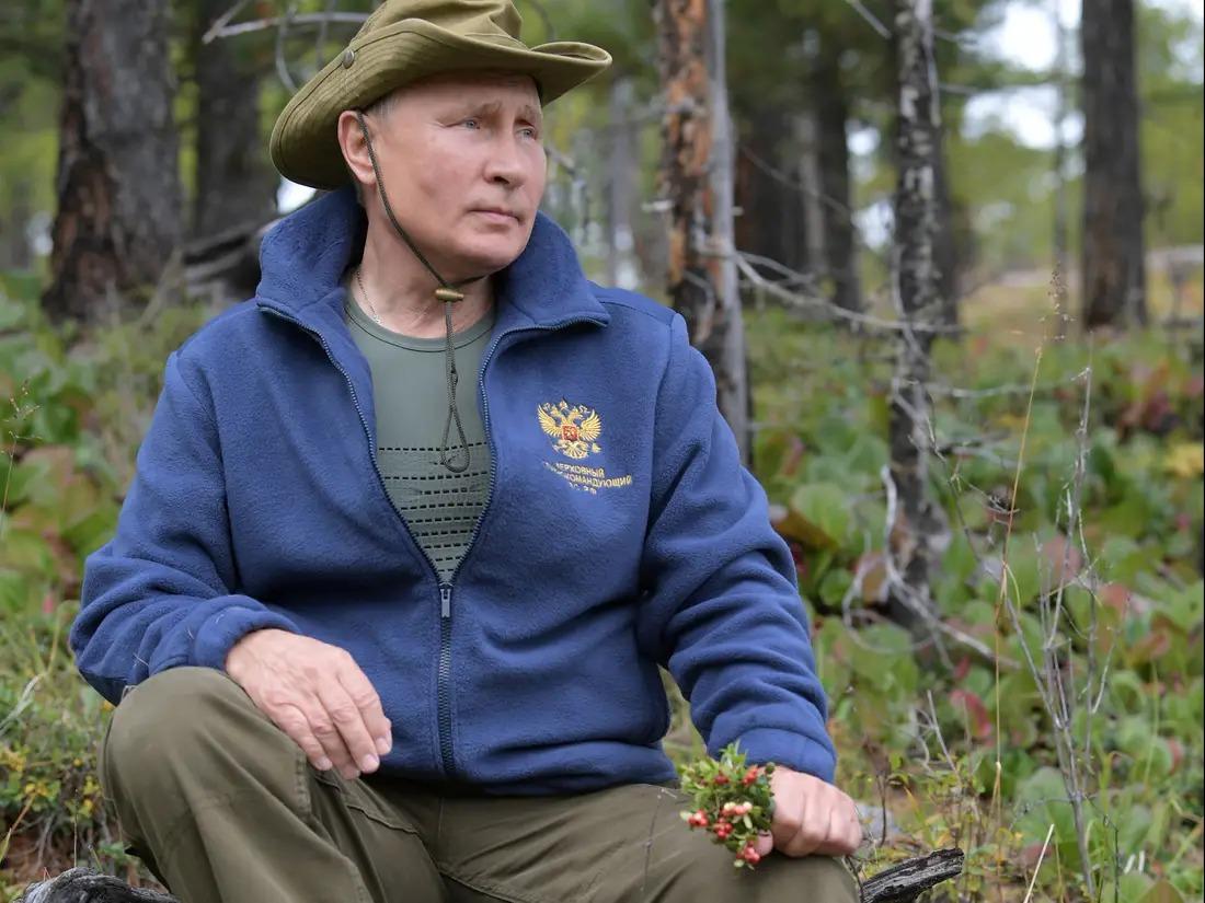 Putin cầm hoa trong bộ ảnh được công bố năm 2019. Ảnh: Điện Kremlin.