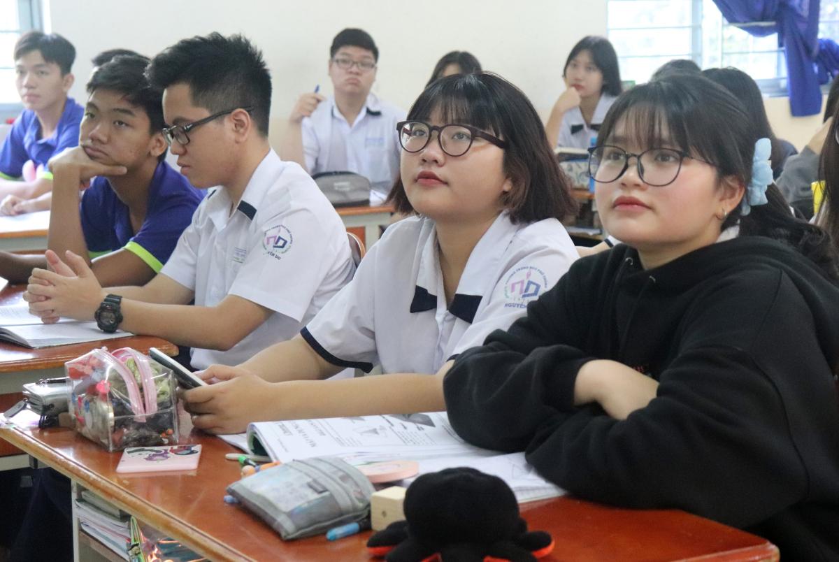 Học sinh lớp 11A6 trong giờ Vật lý, do nam sinh Nguyễn Vinh Duy Hoàng đứng lớp. Ảnh: Diệu Uy.