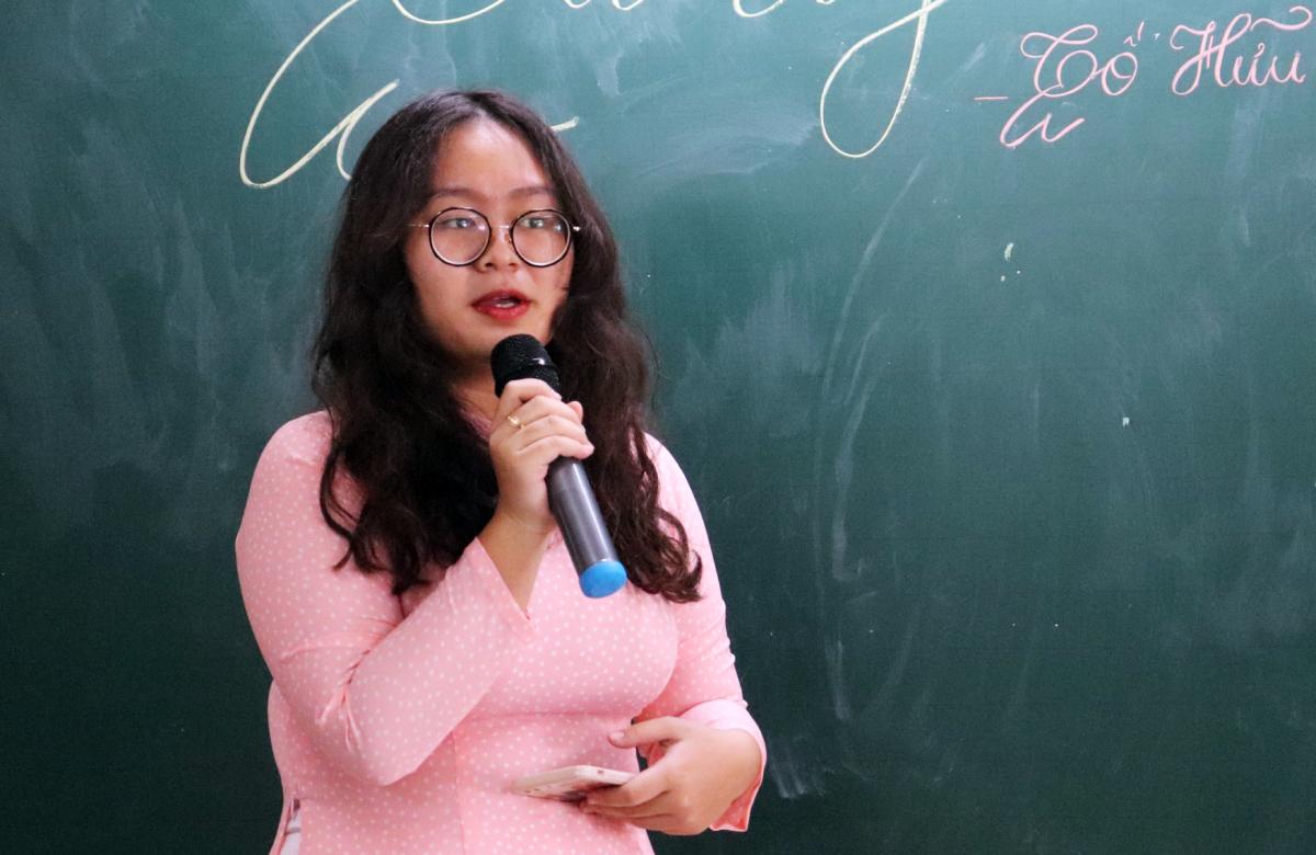Nguyễn Quỳnh Như trong vai trò giáo viên, dạy bài Từ ấy tại lớp 11A3. Ảnh: Diệu Uy.