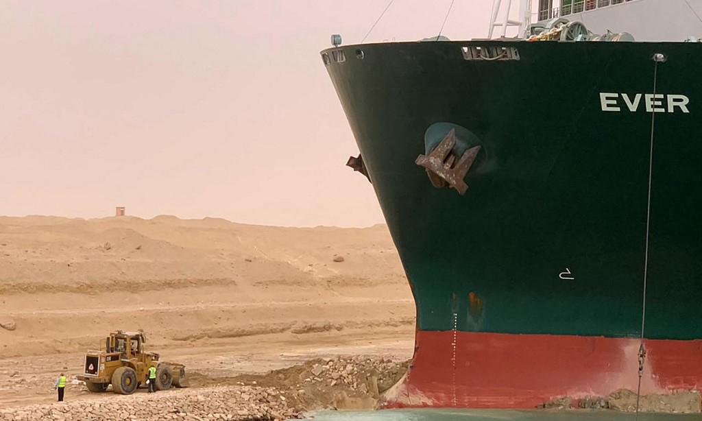 Mũi tàu Ever Given mắc kẹt vào bờ kênh đào Suez hôm 24/3. Ảnh: AFP.