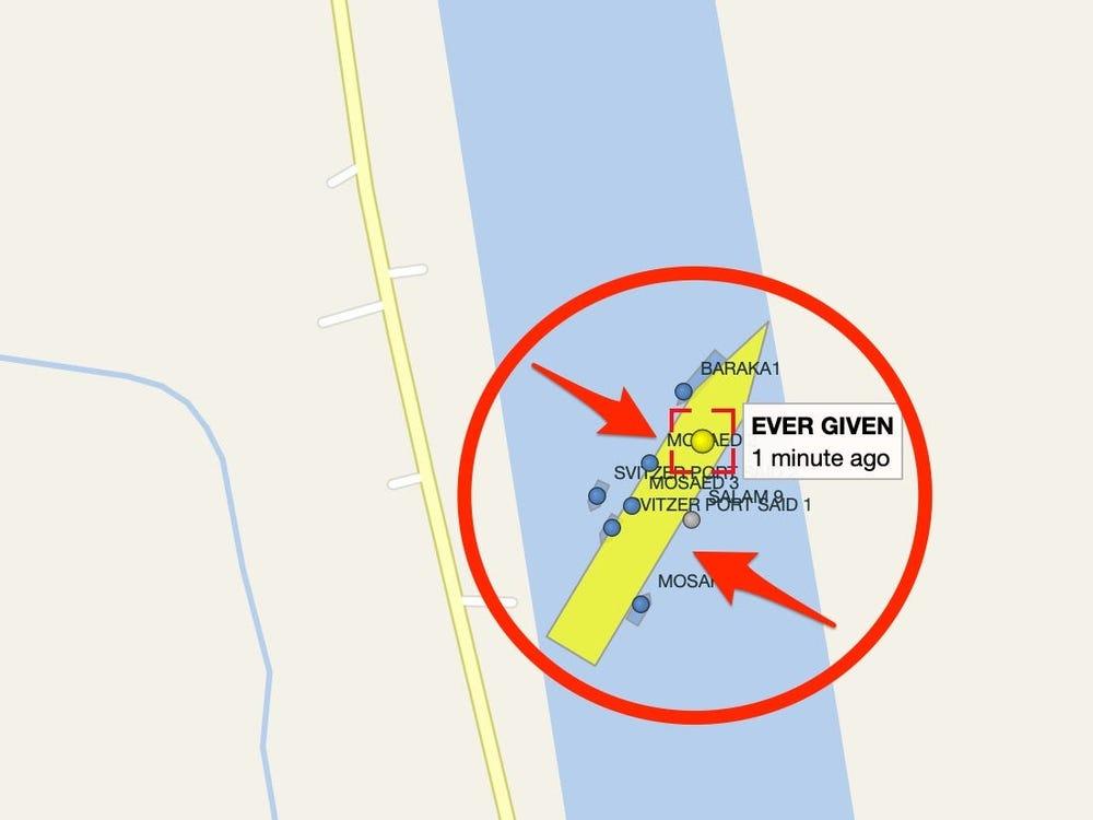 Vị trí tàu Ever Given (chấm vàng) mắc kẹt giữa kênh Suez, xung quanh là các tàu hàng nhỏ hơn. Ảnh: Vessel Finder.