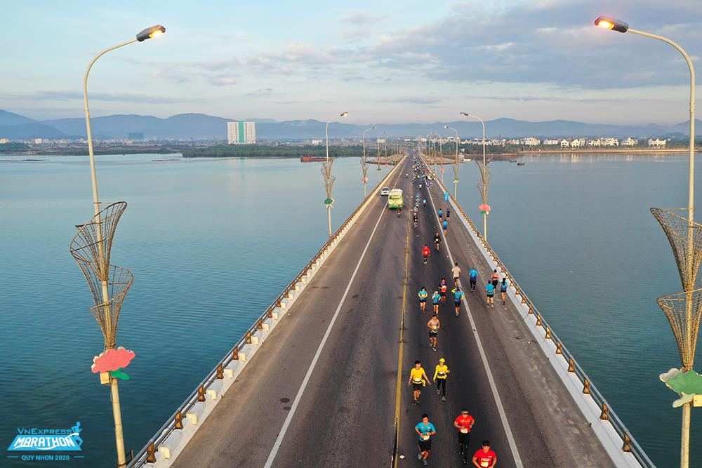 Hàng nghìn vận động viên chạy qua cầu Thị Nại tại VnExpress Marathon Quy Nhơn 202. Ảnh VnExpress Marathon.