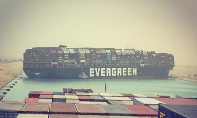 Tàu chở hàng Ever Given mắc kẹt ở kênh đào Suez hôm 24/3. Ảnh: Twitter/Marcel Dirsus.