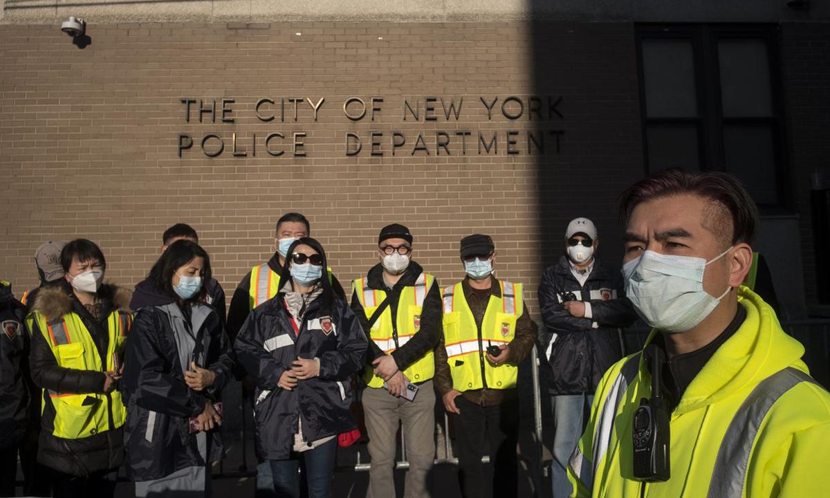 Nhóm tình nguyện Tuần tra An toàn Cộng đồng, với mục tiêu bảo vệ người gốc Á, tại thành phố New York, Mỹ. Ảnh: WSJ.