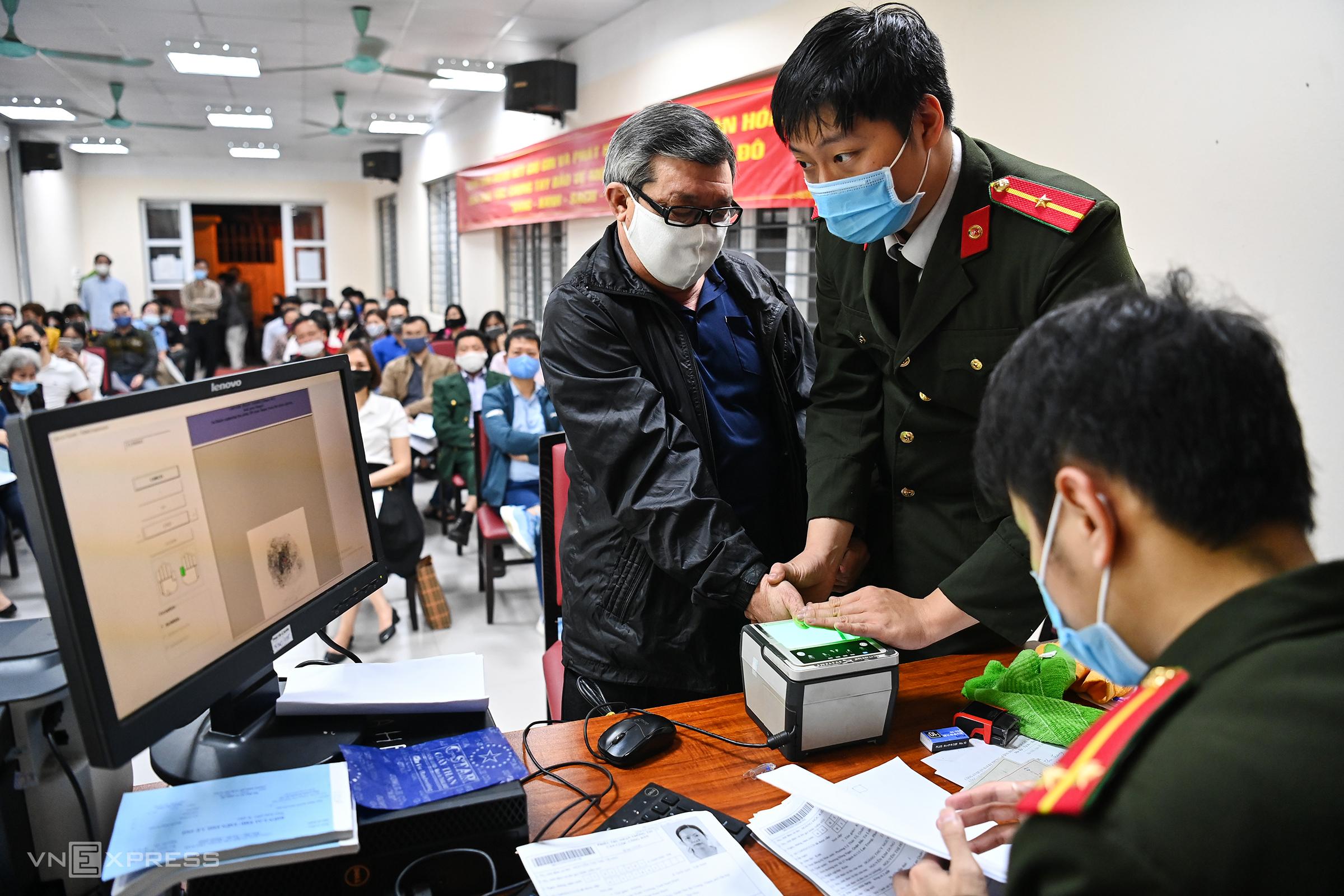 Công an quận Hai Bà Trưng, Hà Nội thu nhận hồ sơ cấp căn cước xuyên đêm cho người dân. Ảnh: Giang Huy