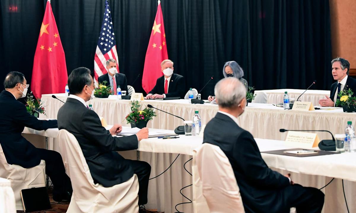 Hai phái đoàn Mỹ - Trung trong cuộc hội đàm ở Alaska hôm 18/3. Ảnh: AP.