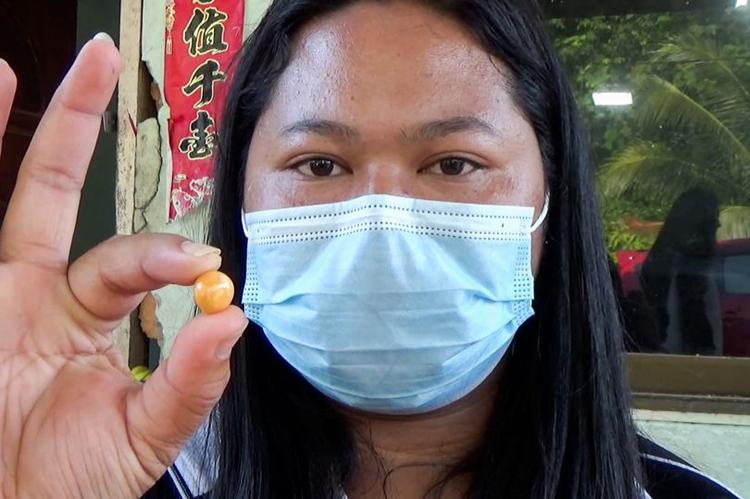 Kodchakorn Tantiwiwatkul cầm viên ngọc trai Melo màu cam mà cô phát hiện hồi tháng 1. Ảnh: ViralPress.