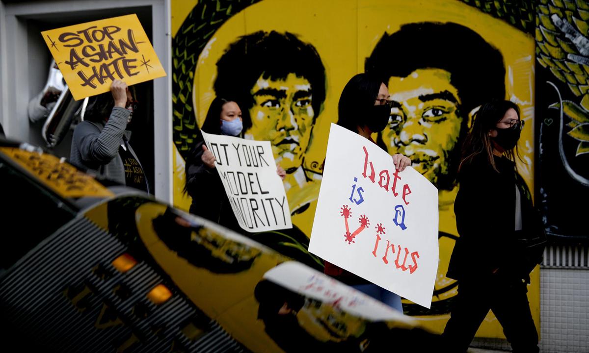 Biểu tình chống thù ghét người gốc Á ở Seattle hôm 13/3. Ảnh: Reuters.