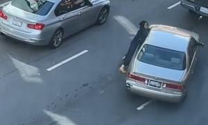 Nạn nhân bám vào cửa ôtô, giằng co với tên cướp