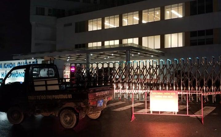 Bệnh viện Vinmec (quận Ngô Quyền, TP Hải Phòng) được khoanh vùng, cách ly y tế trong đêm. Ảnh: Giang Chinh