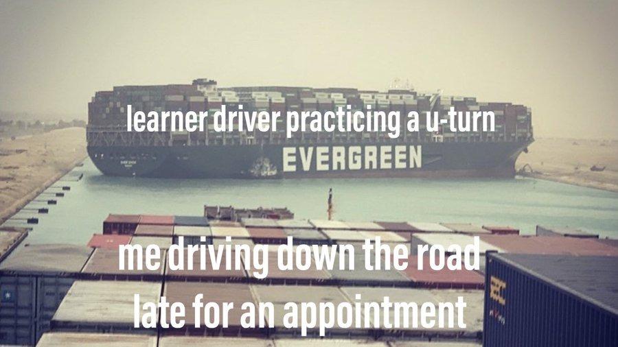 Ảnh chế so sánh con tàu án ngữ ở kênh Suez giống như khi bạn cố phóng nhanh vì trễ hẹn thì gặp phải một người mới học lái xe đang loay hoay quay đầu xe. Ảnh: Twitter/DeanRed123.