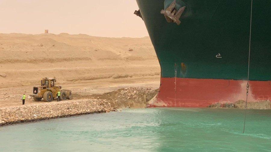 Bức ảnh thể hiện sự chênh lệch trong kích cỡ giữa máy đào và siêu tàu gây chú ý trên mạng. Ảnh: Twitter/UnitedTME.