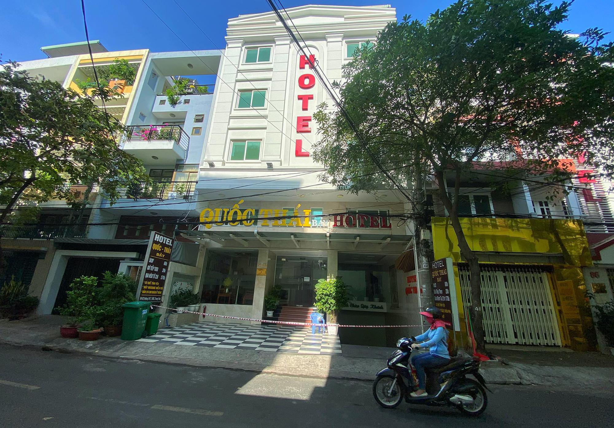 Khách sạn trên đường số 7 (Khu dân cư Trung Sơn, Bình chánh) bị phong tỏa sau khi bệnh nhân 2580 từng ở đây, sáng 26/3. Ảnh: Hữu Khoa.