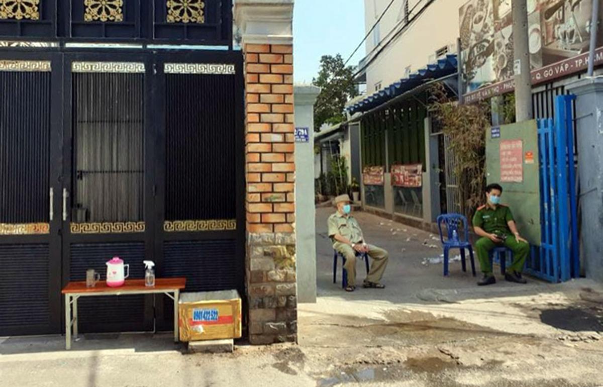 Hẻm 102 Lê Đức Thọ, quận Gò Vấp, bị phong tỏa sáng 26/3. Ảnh: Hữu Khoa.