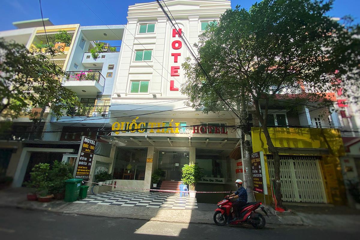 Khách sạn trên đường số 7 bị phong tỏa sau khi ca Covid-19 sống ở đây, sáng 26/3. Ảnh: Hữu Khoa.