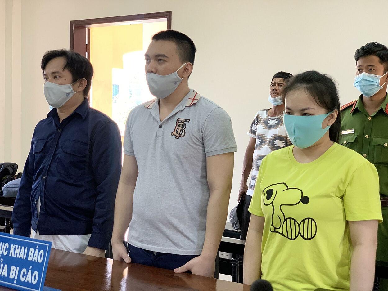 Dũng (trái) và các bị cáo tra tấn thai phụ tại toà sáng 26/3. Ảnh: Dương Trang